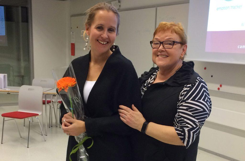 Camilla Tuominen sai kiitoskukat Ritva Enäkoskelta.